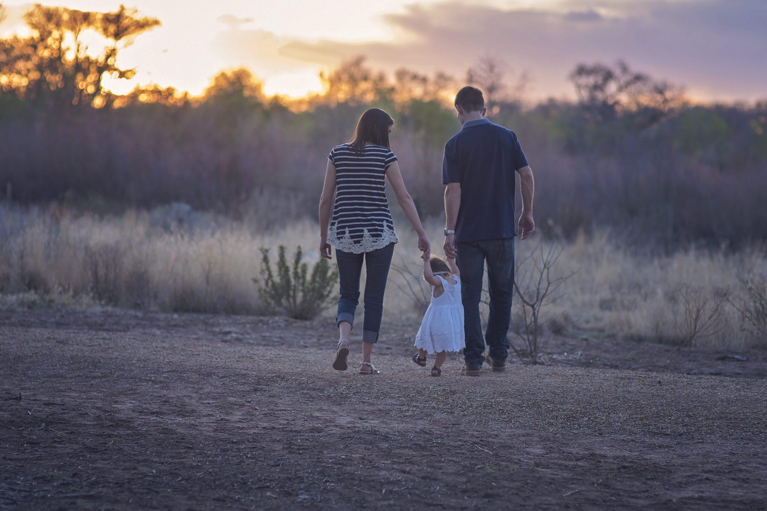 Ema, isa ja laps käsikäes