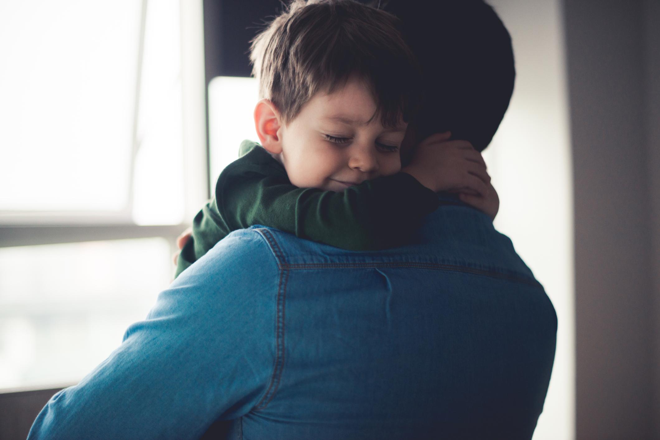 Isa ja laps kallistamas